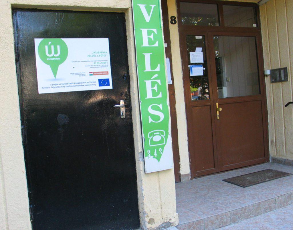 Az uniós támogatást jelző tábla a Mártírok útja 1-9-es házon (85-87-es hőközpont) :