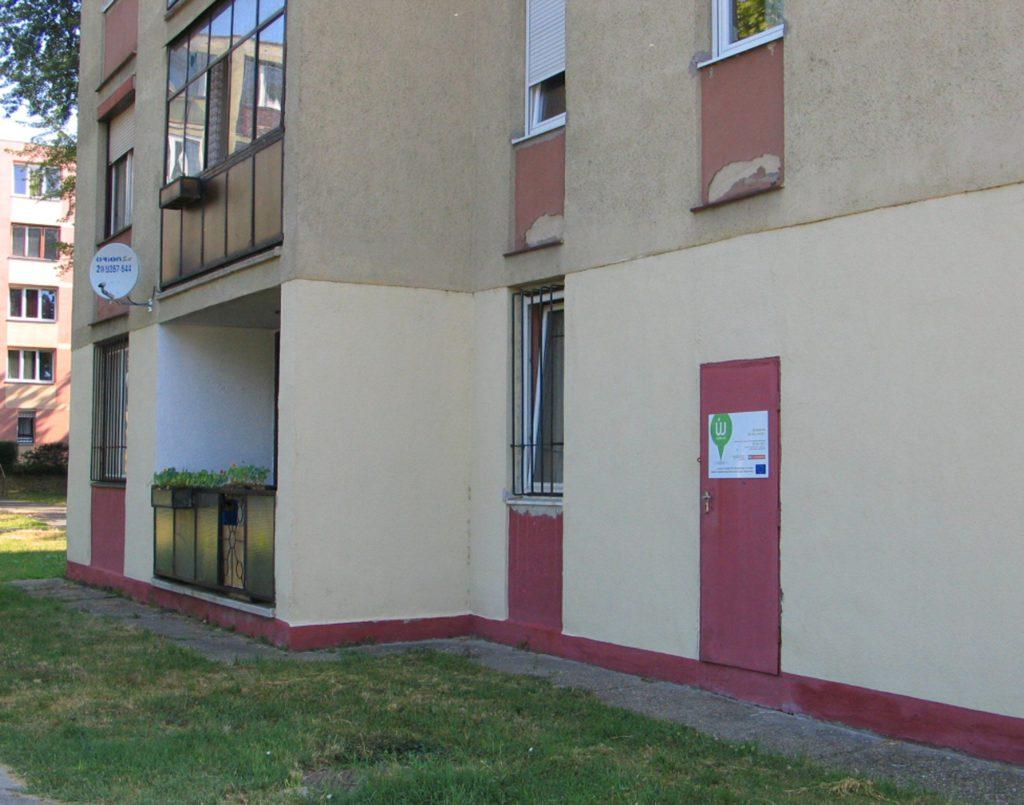 Az uniós támogatást jelző tábla a Köztársaság út 34-39. számú házon (116-os hőközpont) :