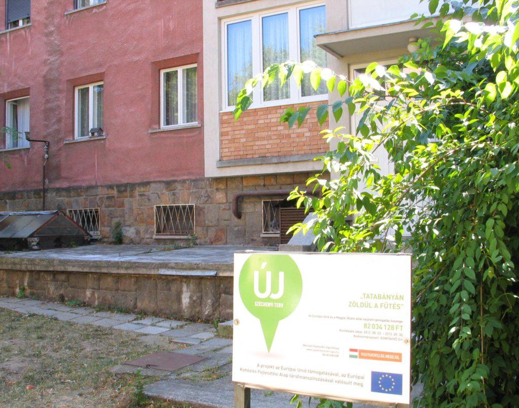 Az uniós támogatást jelző tábla a Ságvári út 11-17. előtt (Ságvári 15-ös hőközpont) :