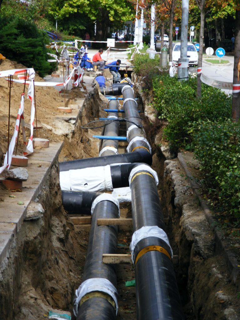 A Komáromi úton húzódó – többször meghibásodott – gerincvezetéken 144 méter hosszon szintén előszigetelt csővezetéket építettek be. :